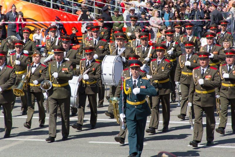 Русский воинский марш оркестра на параде на ежегодной победе стоковые изображения rf