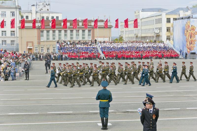 Русский воинский марш оркестра на параде на ежегодной победе стоковое фото rf