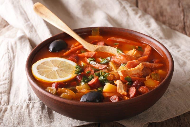 Русский крупный план Солянки супа кухни на таблице горизонтально стоковая фотография