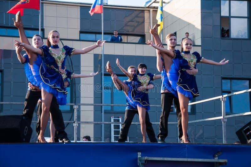 Русский народный танец выполнен в открытом небе стоковые изображения rf
