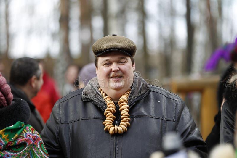 Русский национальный праздник Maslyanitsa Мужчина Tolsty с бейгл стоковое изображение
