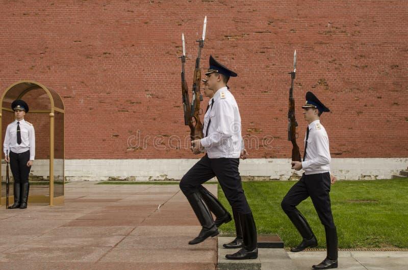 Русский почетный караул солдата на стене Кремля. Усыпальница неизвестного солдата в саде Александра в Москве. стоковое фото