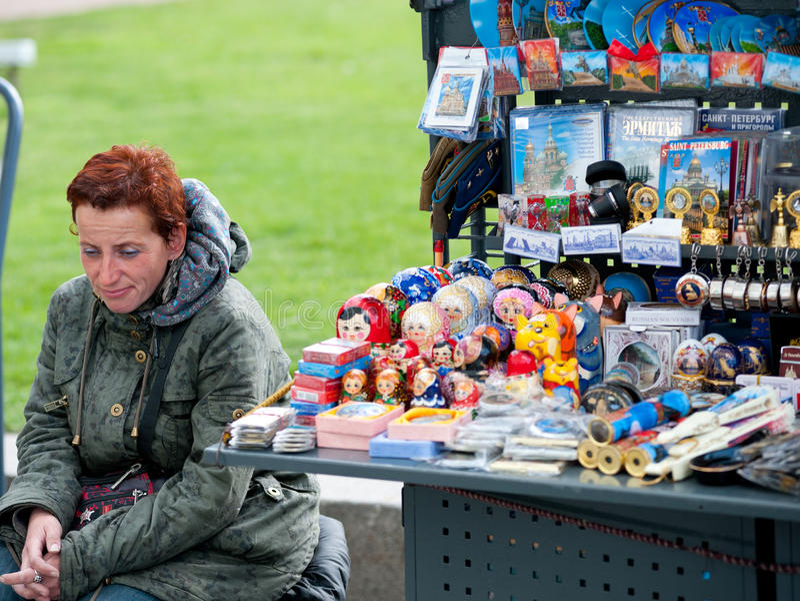 Русский продавец сувениров, Санкт-Петербург стоковые изображения