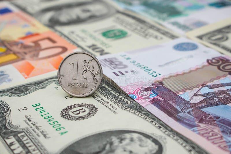 Русский рубль на деньгах предпосылки: доллары, евро, рубли стоковые изображения