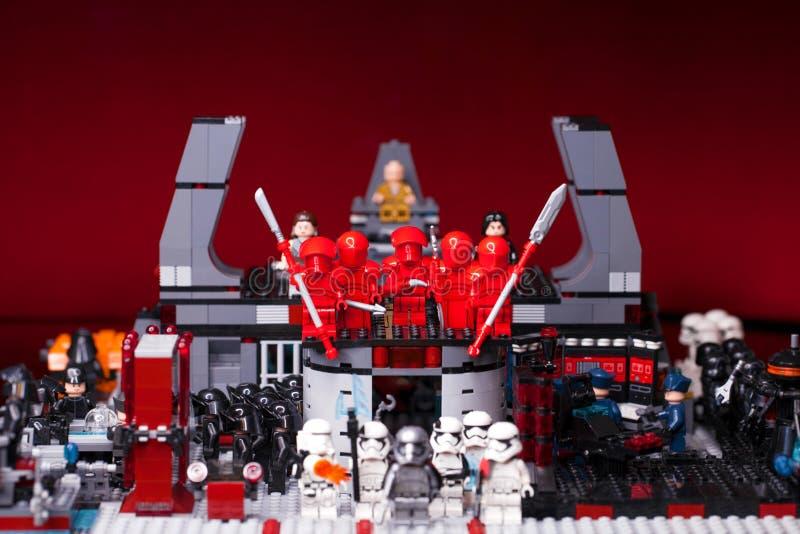 РУССКИЙ, САМАРА - 6-ое февраля 2019 ЗВЕЗДНЫЕ ВОЙНЫ LEGO Дизайнерские домодельные stormtroopers военной базы стоковая фотография