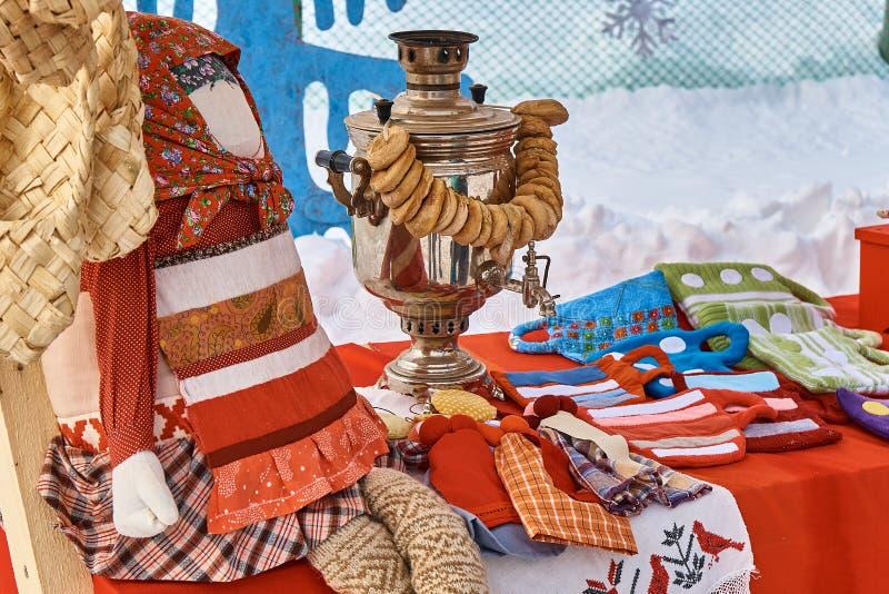 Русский самовар на красной скатерти стоковое фото