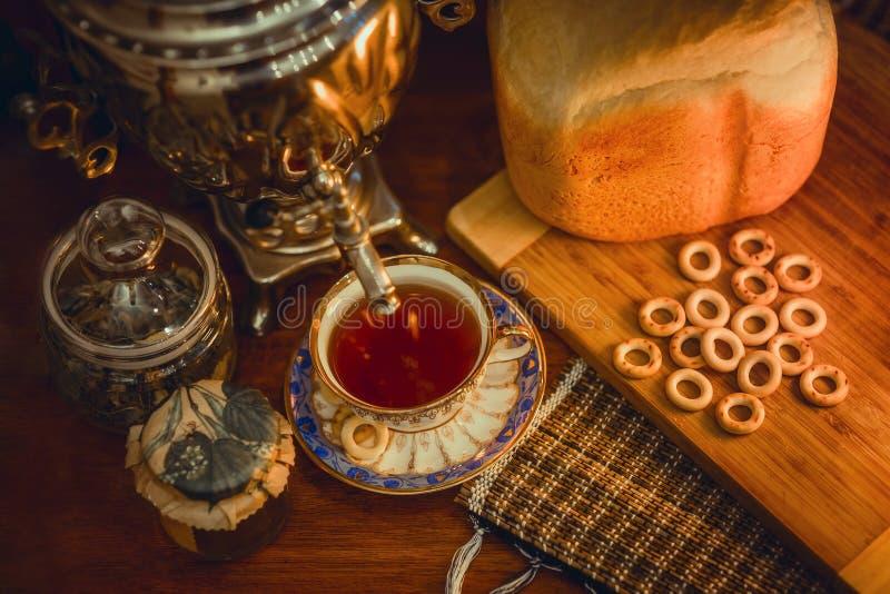 Русский традиционный чай с самоваром стоковое фото rf
