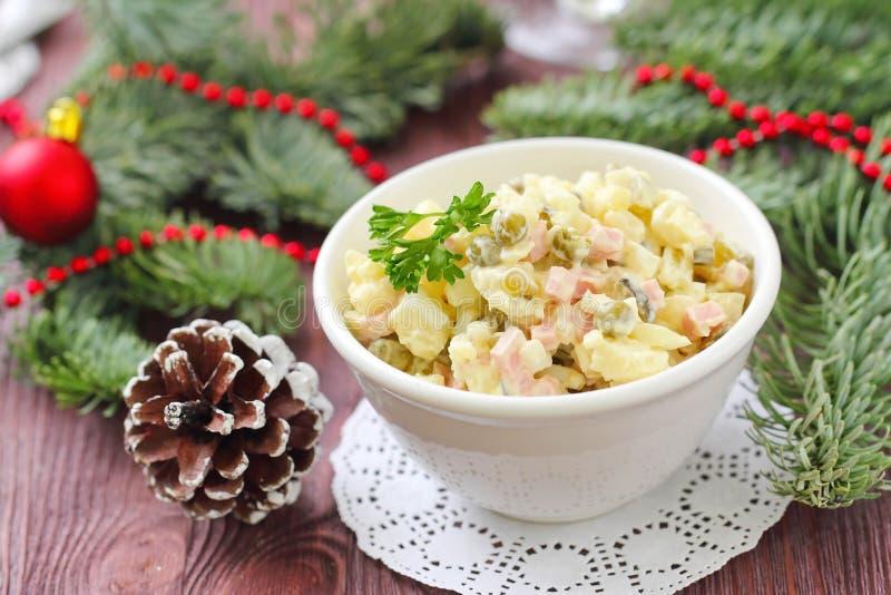 Русский традиционный салат Olivier для партии Нового Года стоковые изображения