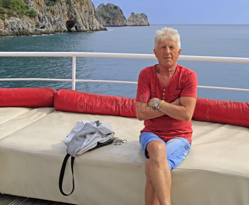 Русский турист на фоне моря и утесов стоковая фотография