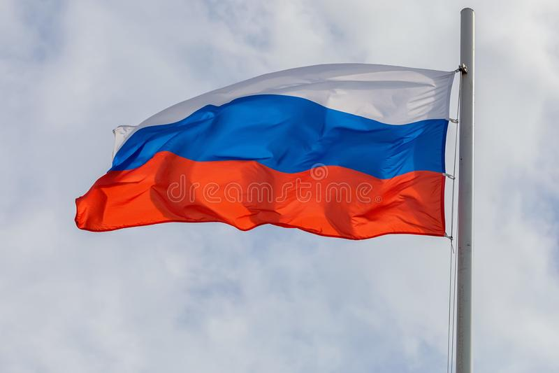 Русский флаг на предпосылке неба и облака стоковые изображения rf