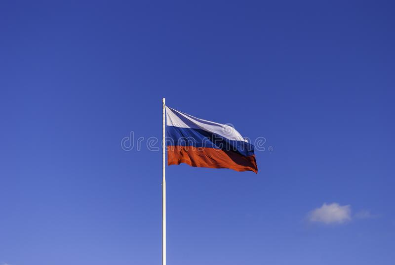 Русский флаг на флагштоке порхая в ветре на предпосылке голубого неба Россия tula стоковая фотография rf