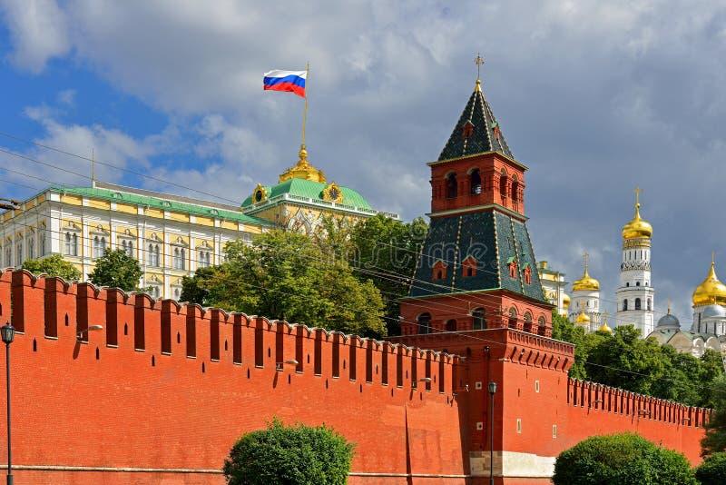 Русский флаг в Кремле стоковые изображения