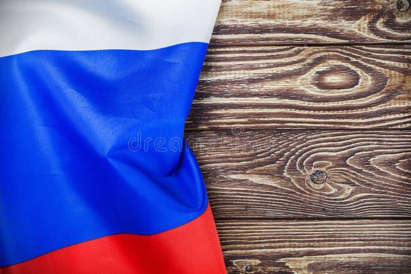 Русский флаг на деревянном столе стоковые фотографии rf