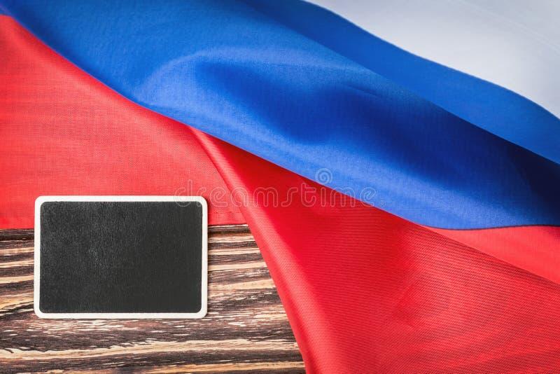 Русский флаг на деревянном столе стоковое фото rf