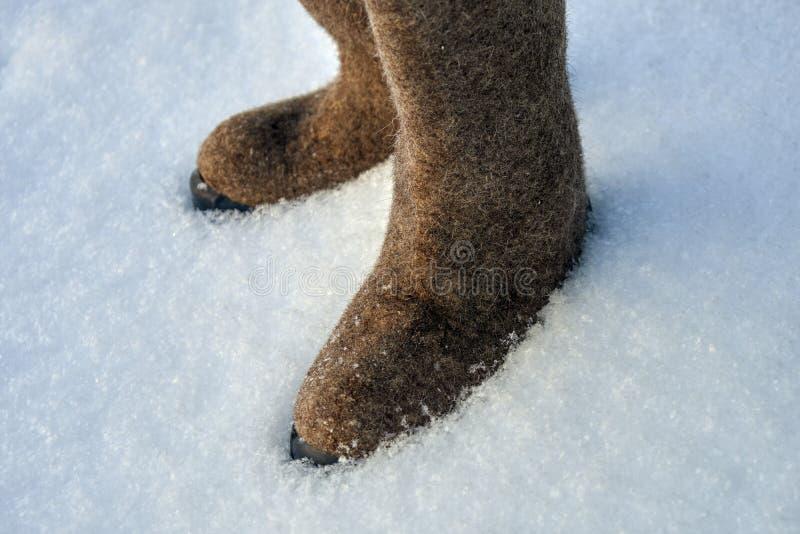 Русское чувствуемое valenki ботинок зимы на белом снеге стоковые фото