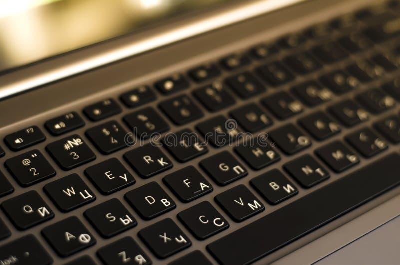 Русск-английская клавиатура Современный ноутбук r стоковая фотография