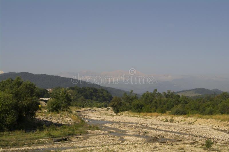 Русло реки реки и предгориь горы стоковые изображения rf