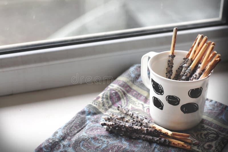 Ручек несколько помадки в чашке на силле окна стоковое изображение rf