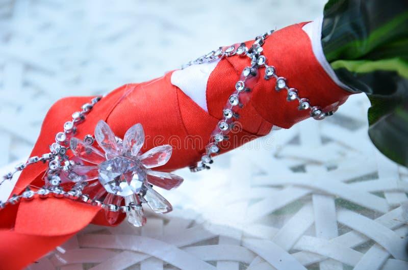 Ручка букета свадьбы с цветком и ленты шарлаха на белизне стоковые изображения rf