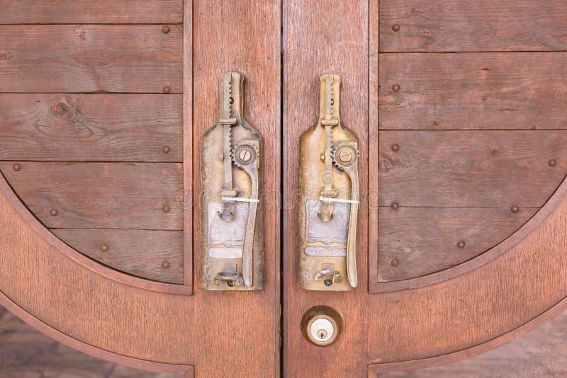 Ручка двери в винтажном стиле на деревянной двери стоковое фото