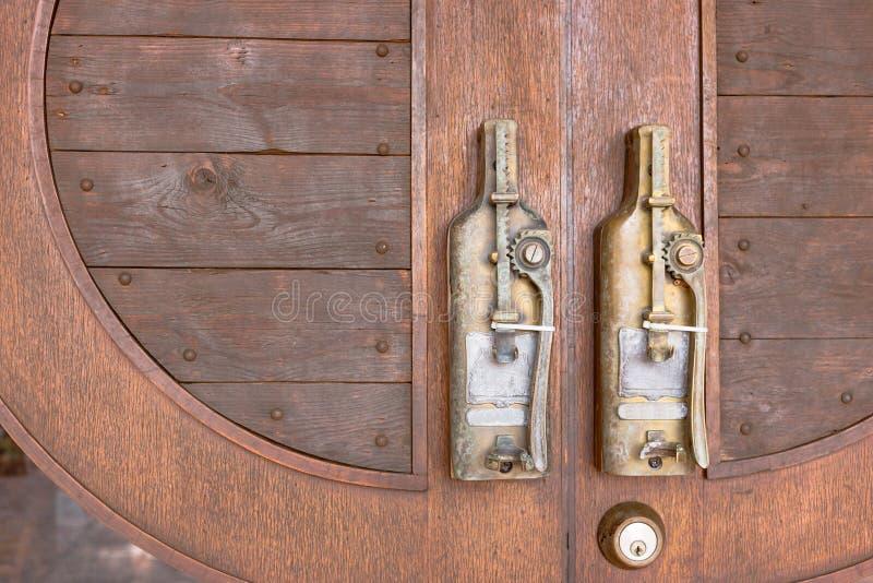 Ручка двери в винтажном стиле на деревянной двери стоковые изображения rf