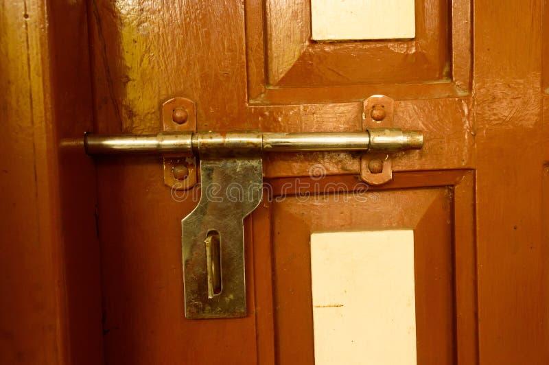 Ручка двери вида спереди крупного плана внешняя ржавая грубая старая коричневая деревянная рамки металла утюга с в grungy стилем  стоковое изображение rf