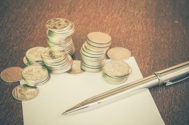 Ручка и монетки стоковые фотографии rf