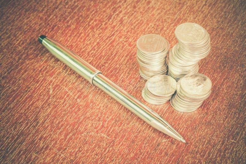 Ручка и монетки стоковое изображение rf