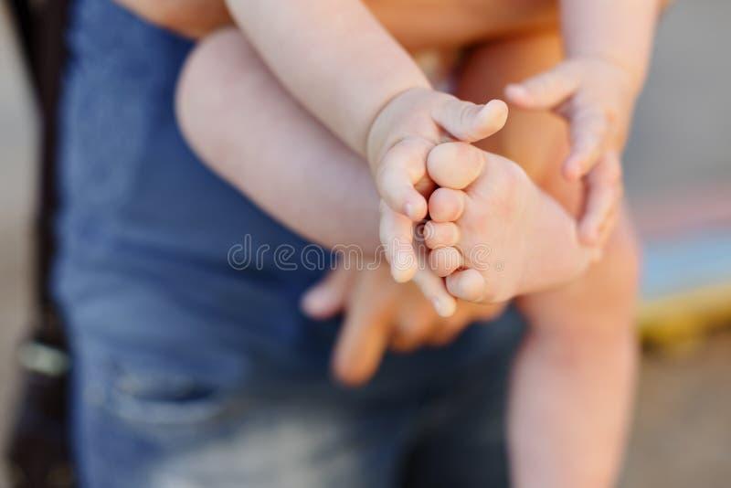 Ручка и нога детей небольшая Немногое пальцы младенца стоковые изображения rf