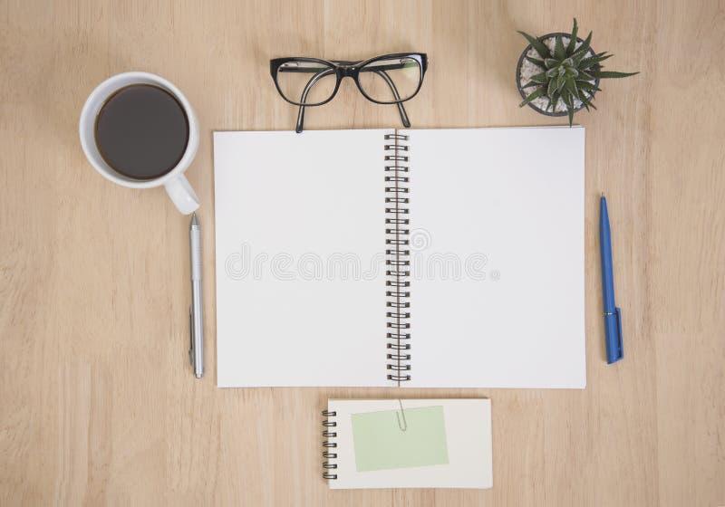 Ручка канцелярские товаров и устройств стола дела, книга, кактус стоковые изображения