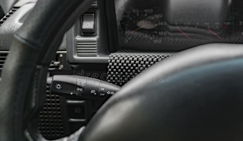 Ручка на автомобиле рулевого колеса ` s автомобиля, приборная панель ручной шестерни изменяя, дизайн, внутренний стоковые фото