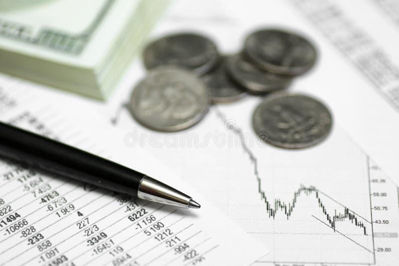 Ручка на бумаге с цитатами и диаграммами цены стоковое фото