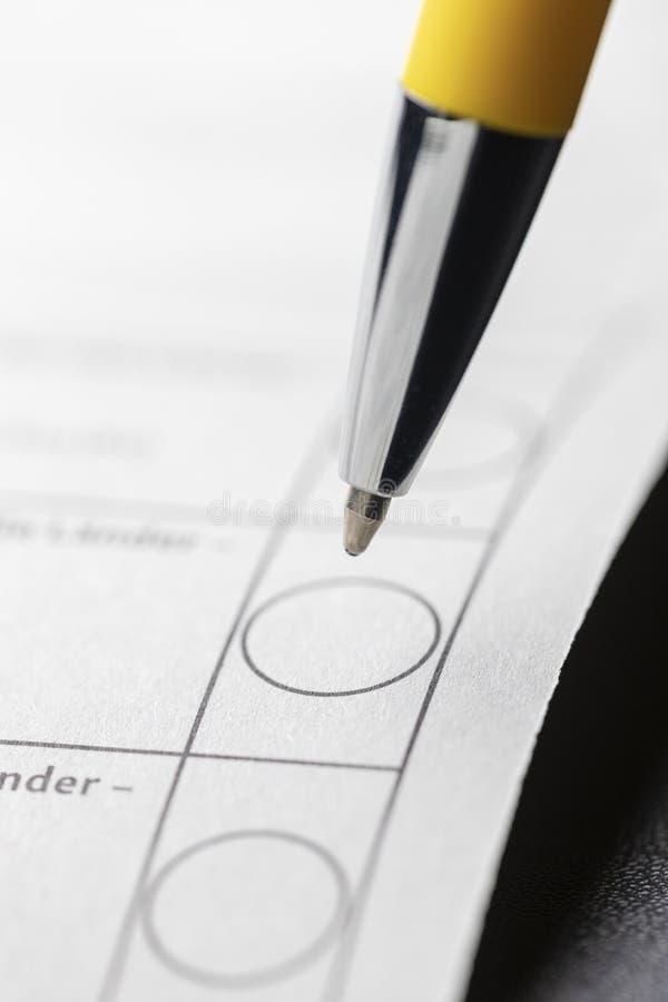 Ручка на избирательном бюллетене стоковая фотография