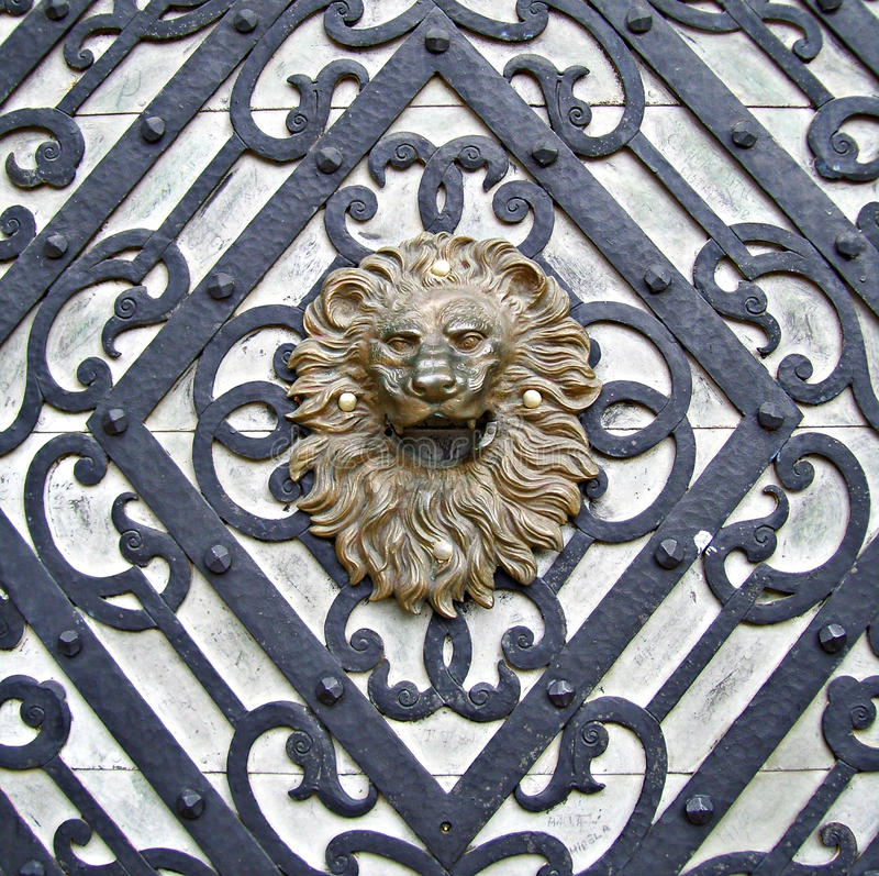 Ручка сформированная львом стоковая фотография