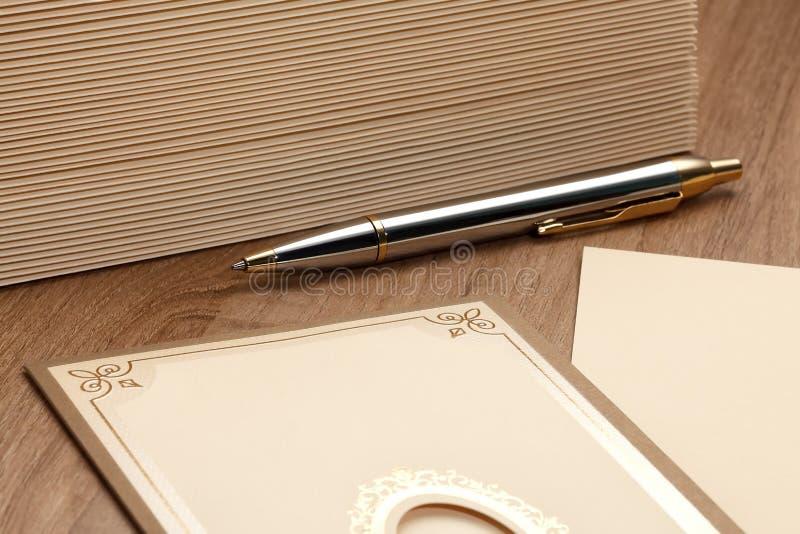 Ручка с стогом писем стоковые изображения