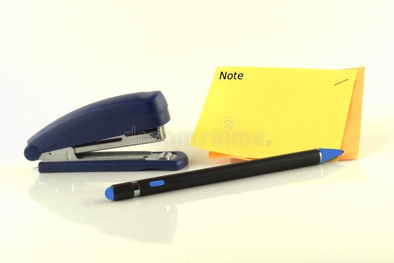 Ручка с сшивателем и примечанием стоковые изображения