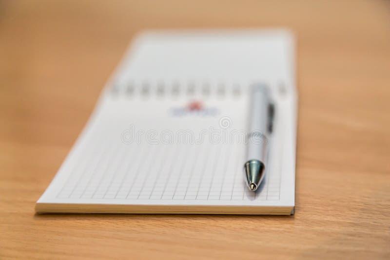 Ручка тетради и шариковой авторучки лежа на деревянном столе стоковые фотографии rf