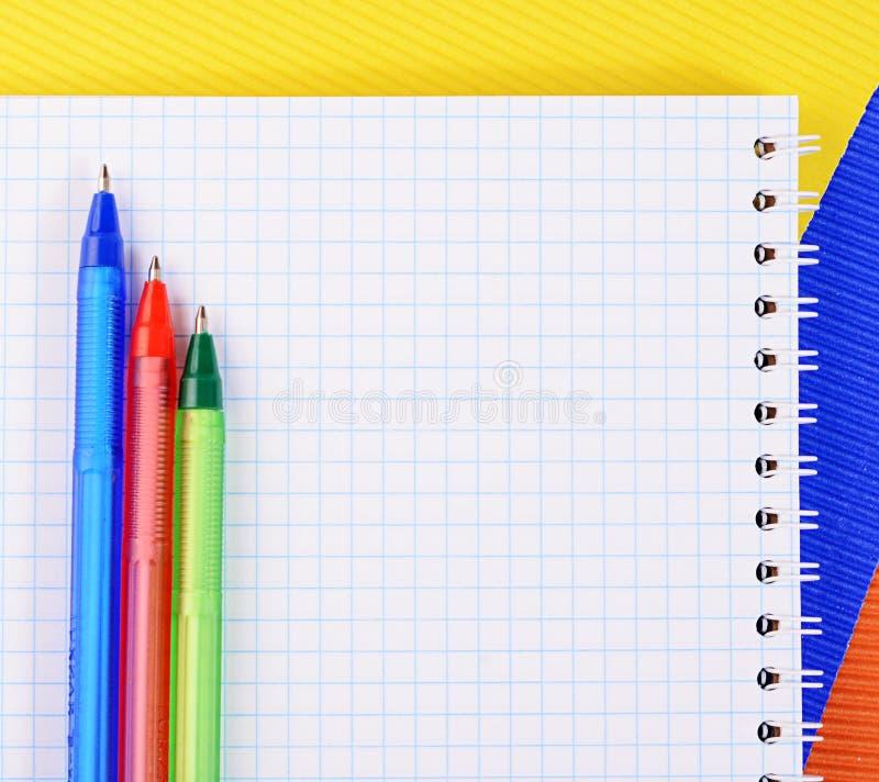 Ручка цвета на бумаге с тетрадью стоковые фото