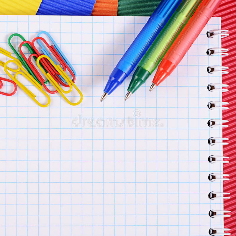 Ручка цвета на бумаге с тетрадью стоковое изображение