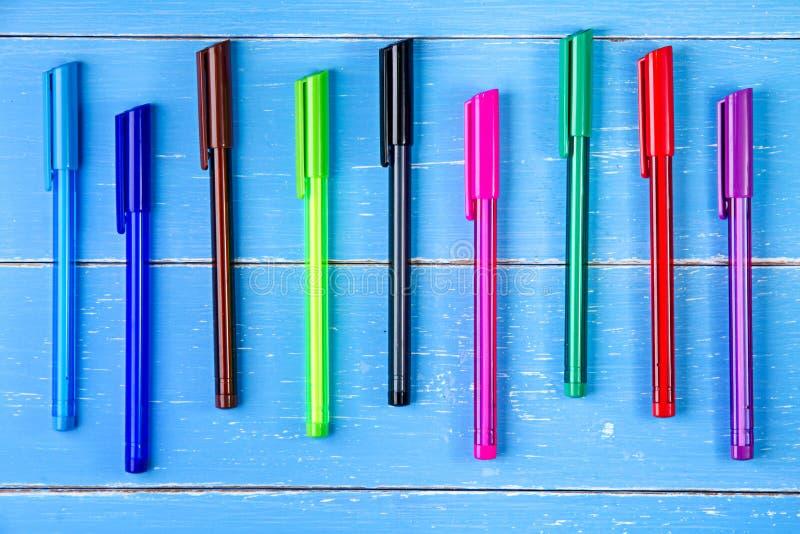 Ручка цвета на голубой деревянной предпосылке стоковые фото