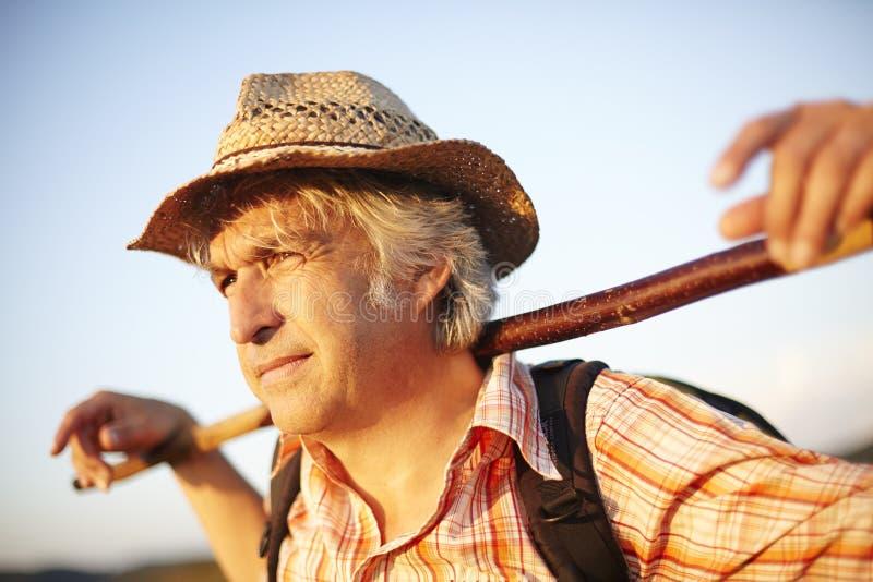 Ручка шляпы человека луга лета стоковое фото rf