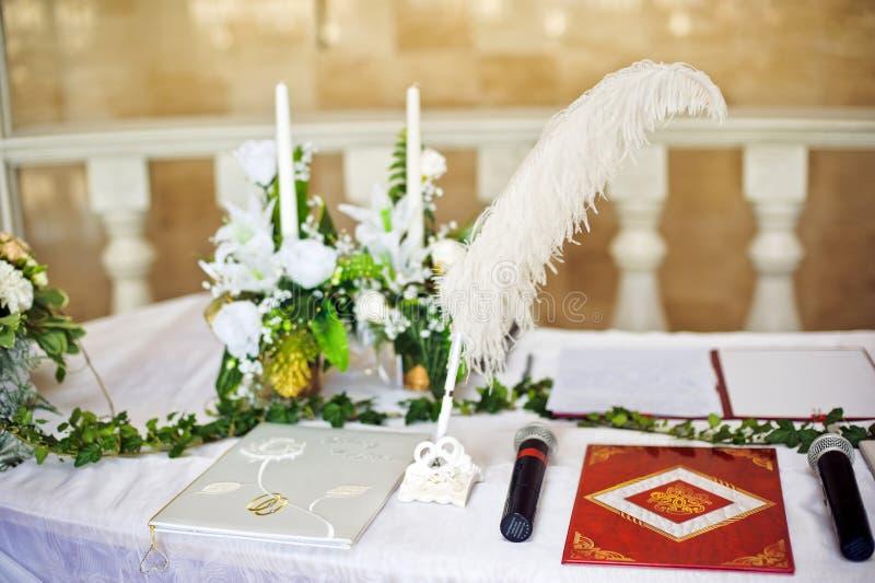 Ручка для подписывая документов свадьбы стоковое фото rf