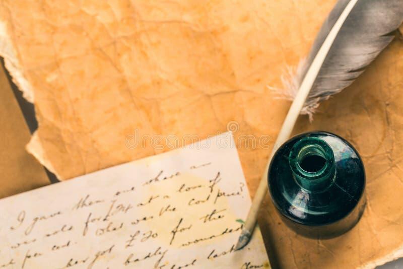 Ручка quill белого пера, стеклянные чернильница и старый стоковое изображение rf