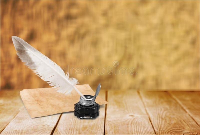 Ручка quill белого пера, стеклянные чернильница и старый стоковая фотография rf