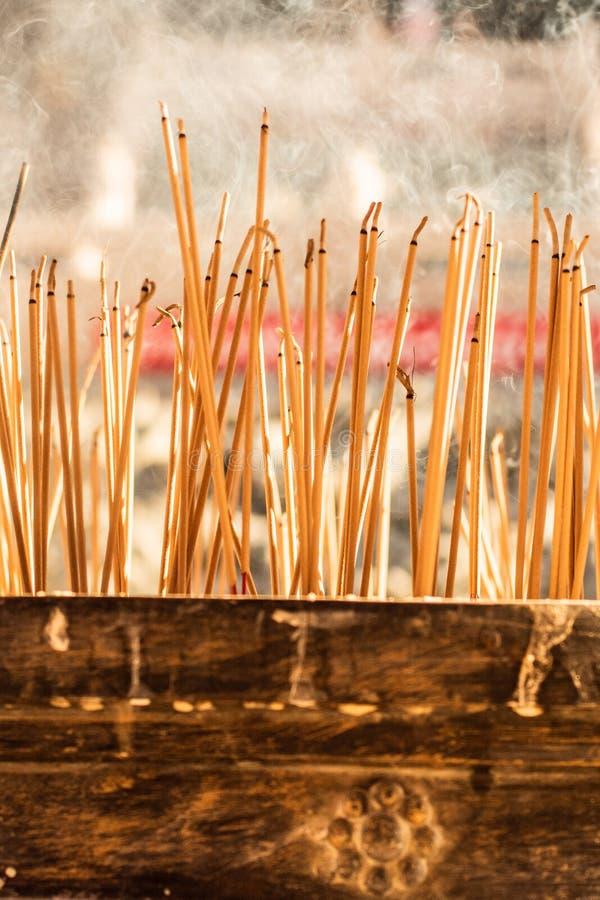 Ручки амулета горя на винтажном дворе буддийского виска как предложение во время китайского Нового Года в виске стоковое фото rf
