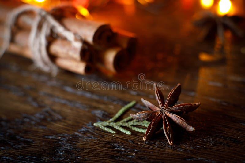 Ручки анисовки и циннамона на деревянном столе с красочным самым интересным стоковая фотография