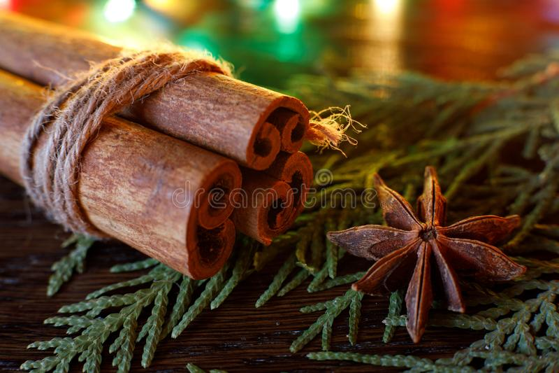 Ручки анисовки и циннамона на деревянном столе с красочным самым интересным стоковое фото