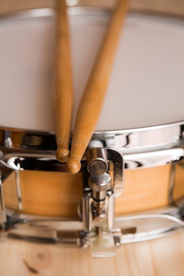 Ручки барабанчика над барабанчиком тенет стоковое фото