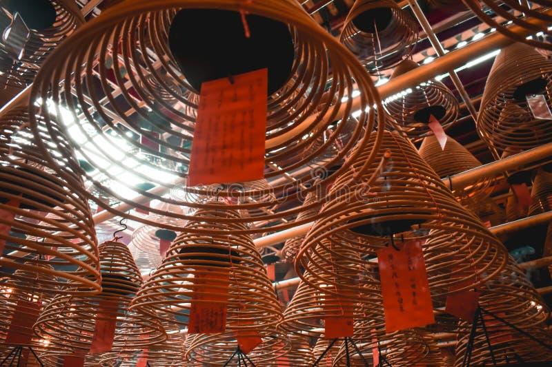Ручки буддийской коричневой спирали горящие в Man Mo Temple стоковые фотографии rf