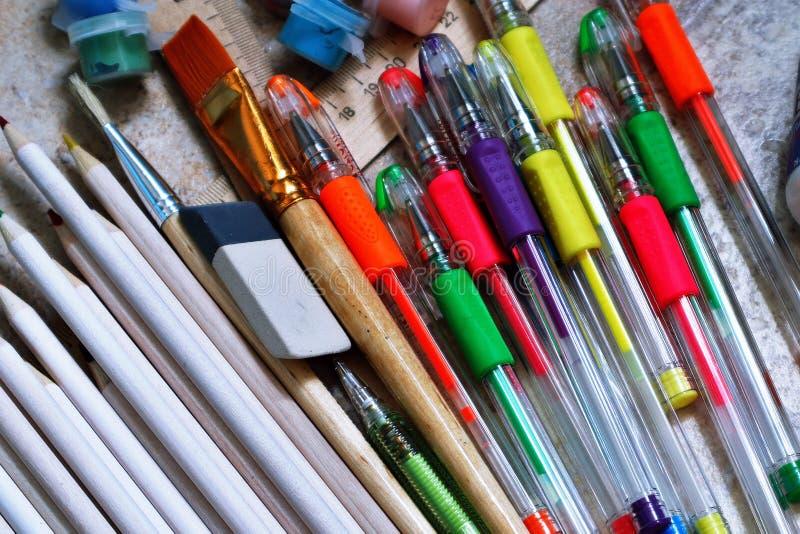 ручки Войлок-подсказки, краски, щетки, покрасили карандаши, канцелярские принадлежности для творческих способностей и чертеж стоковые фото